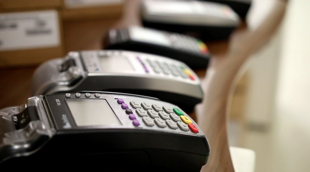 Las terminales para tarjeta de crédito/débito están en todos lados pero ¿cómo funcionan estas maquinitas? – Video institucional para Omicron.